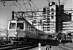撮影1958年/3面3線ホームから出発する「ステンレスカ-5200形」